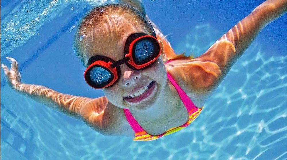 Девочка под водой