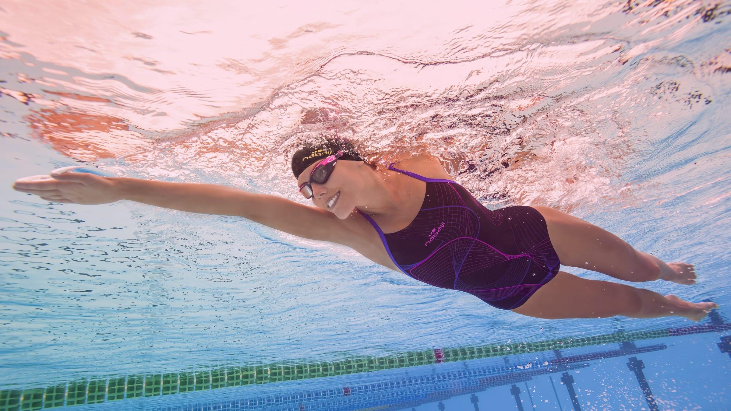 Пловчиха под водой